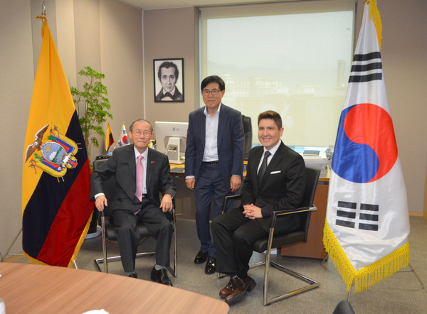 CDA. Reinoso-Vasquez of Ecuador (right) poses with Publisher Lee of The Korea Post (left) and Editor Kim Hyung-dae