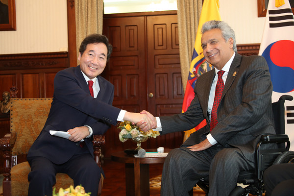 Photo shows President Lenín Moreno of the Republic of Ecuador (right) shaking hands with the then Prime Minister Lee Nak-yon of the Republic of Korea during the latter's official visit to Ecuador in May last year for the promotion of relations and cooperation between the two countries.