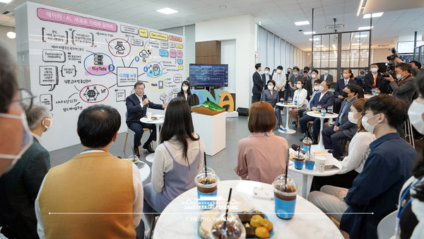 "President Moon (wearing a mask) speaks at a meeting with the management and workers at the Douzone Bizon on June 18. He said, ""The Korean Government is now pushing for a Korean version of the New Deal to overcome the COVID-19 crisis."""