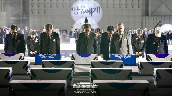 President Moon Jae-in (third from left, front row) offers a silent prayer for the fallen veterans of Korea, the United States of America and other Korean War allies on June 25, 2020. On the right of President Moon facing the camera (fourth from left, front row) is Ambassador Harry B.Harris Jr, of the U.S. in Seoul who is considered to be among the friendliest American envoys to Korea.