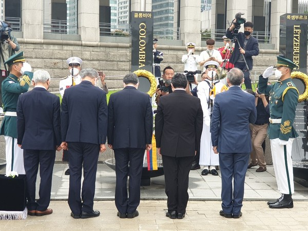 Photo shows Defense Minister Jeong Kyeong-doo of Korea and Ambassador Juan Carlos Caizar Rozero of Colombia (3rd and 4th from left, respectively) with other dignitaries at the memorial service for the fallen soldiers of the Colombian Battalion who fought here during the Korean War. At far right is U.S. Ambassador Harry Harris.