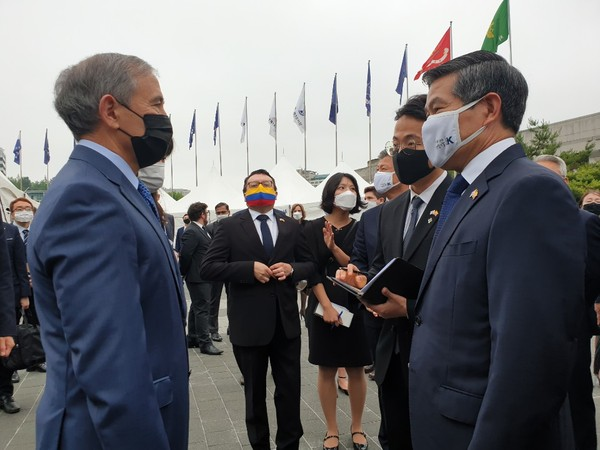 Defense Minister Jeong Kyeong-doo of Korea is conversing with U.S. Ambassador Harry Harris of the U.S. On the right of Amb. Harris in the backdrop wearing the mask of the pattern of the National Flag of Colombia is Colombian Ambassador Juan Carlos Caizar Rozero.