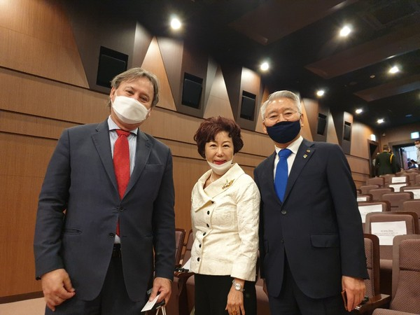 From left: Ambassador Raul Silvero of Paraguay in Seoul, Editor Joy Cho of The Korea Post and Chairman Lee Sang-chul of the War Memorial of Korea.