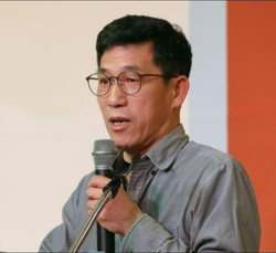 Professor Chin Jung-kwon. He continues to gain popularity among the Korean people these days, especially in the independent and opposition camps, for his independent and unbiased comments and criticisms against the 'big wigs' whom he considers 'not right.'