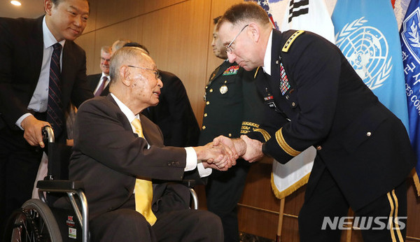 Gen. Paik (ret.) at left shakes hands with Gen. Robert Abrams (commander of U.S.-Korea Combined Forces Command/commander of USFK).