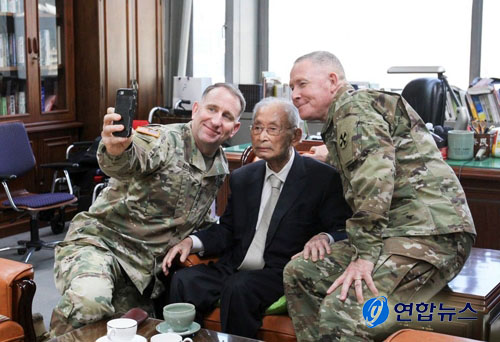 The late Gen. Paik Sun-yup is flanked on the left by Gen. Robert Abrams (commander of the U.S. Forces Korea), who visited General Paik when Paik celebrated his 100th birthday (99 in Western calendar).