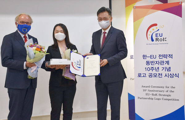 The winner of a competition to design a logo to celebrate the 10 anniversary of the EU-Republic of Korea Strategic Partnership, Mrs. Kim Jisu, was congratulated in a ceremony at the Ministry of Foreign Affairs on June 26.