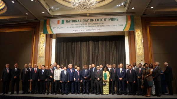 Ambassador Kouassi Bile of Cote d'Ivoire (11th from left, front row) poses with the Korean government representatives and ambassadors from many countries of the world at a reception at Lotte Hotel in Seoul to celebrate the national day