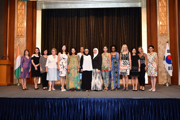 Mrs. Sarah Bile (spouse of the ambassador of Cote d'Ivoire in Seoul), 6th from left, poses with the spouses of other ambassadors.