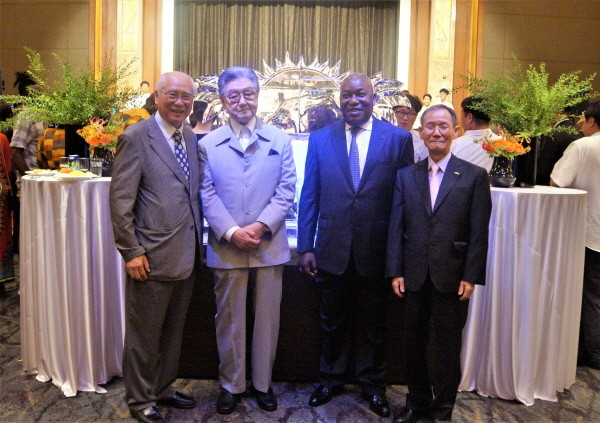8. Ambassador Kouassi Bile of Cote d'Ivoire (2nd from right) poses with Publisher-Chairman Lee Kyung-sik of The Korea Post (far right), and Director-Curator Cho Myung-haeng of the Yeongwol African Arts Museum (former