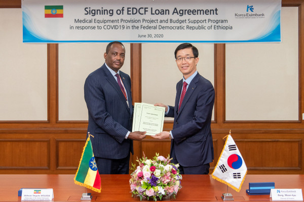 Ambassador Shiferaw Shigute of Ethiopia in Seoul (left) with President Bang Moon-kyu of the Korea Eximbank after signing a loan agreement to provide Ethiopia with a total of 70 million dollars of the Foreign Economic Cooperation Fund (EDCF) to Ethiopia for the control of Corona 19 in Ethiopia.