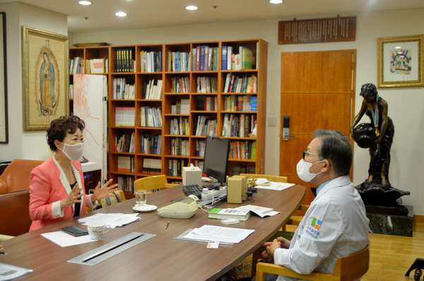 Chairman Dr. Lee Sang-ho (right) of the Wooridul Spine Hospital interview by 'The Korea Post' media Vice-Chairperson Joy Cho.