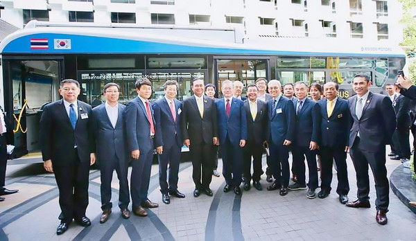 President Moon Jae-in of Korea and Prime Minister Prayut Chan-o-cha of Thailand (sixth and seventh from left, front row) poses for the camera in front of the deluxe bus of Edison Motors. Chairman and CEO Youngkwon Kang of Edison Motors is seen after Prime Minister Chan-o-cha