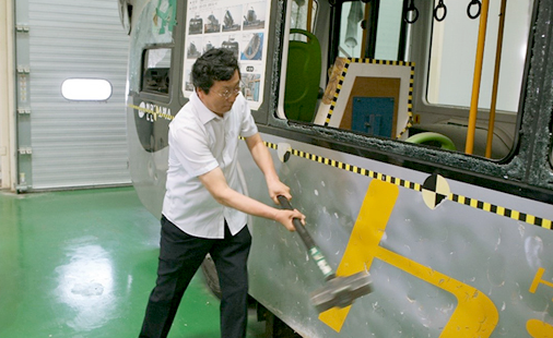 Chairman & CEO Youngkwon Kang of Edison Motors is testing the strength of the vehicle body. Vehicle lightweight manufacturing technology by using composite materials; And the technology of making composite material (lightweight body) have achieved a weight reduction of 2tons which largely improved fuel efficiency.