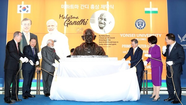 President Moon Jae-in and First Lady Madam Kim Jung-sook (fourth and fifth from left, respectively) with Prime Minister Narendra Modi dedicated the Bust of Mahatra Gandh of India at Yonsei University in Seoul on Feb. 21, 2019