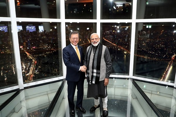 President Moon (left) and Prime Minister Modi of India shake hands with each other at the Sky Observation Room on the Lotte World Tower in Seoul on Feb. 21, 2019.