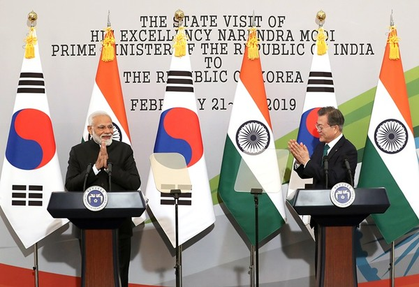President Moon (right) gives a hearty applause to the remarks made by Prime Minister Modi of India at a joint press conference at the Presidential Mansion of Cheong Wa Dae during the latter's visit to Korea in February 2019.