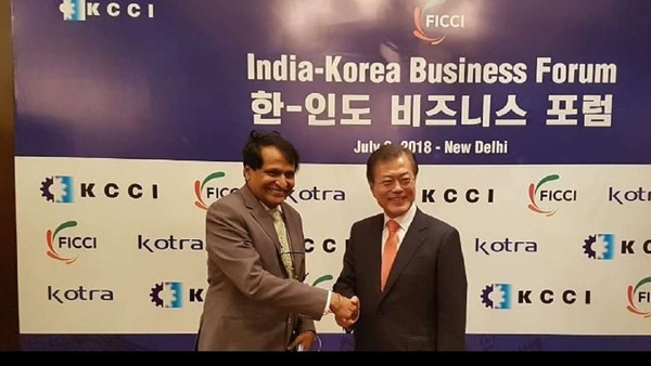 President Moon (right) shakes hands with Union Commerce and Industries Minister Suresh Prabhu after the signing of an agreement with Trade Minister Kim Hyun-Chong of Korea.
