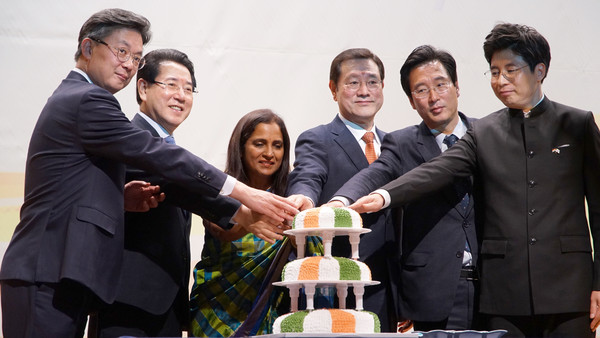Ambassador Ranganathan of India (third from left) cuts celebration cakes of the 71st Republic Day of India. Gwangju City Council Lee Yong-sup is seen at fourth from left and Vice-Chairman Jang Jae-Sung of the Gwangju City Council Fifth from left.
