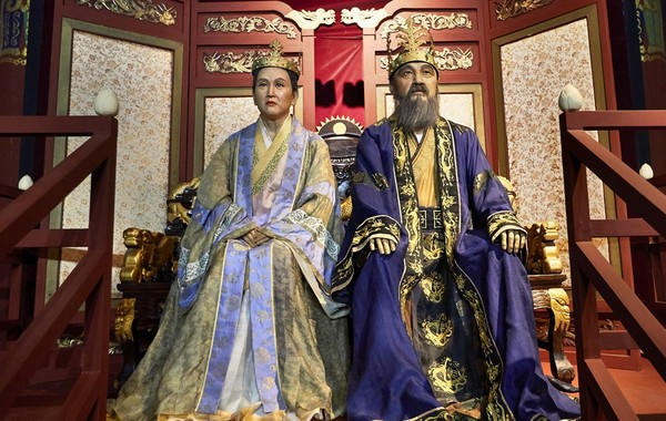 King Suro (right) and Princess Suro (Queen Suro) displayed at Gimhae Gaya Theme Park