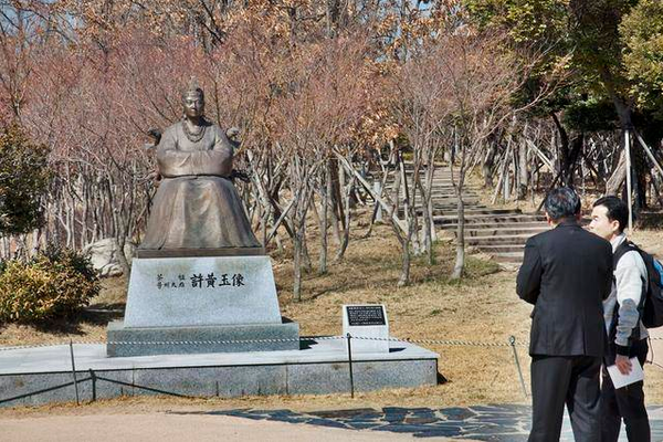 A statue of Heo Hwang-ok from India. It is located in the park right next to King Suro's tomb.