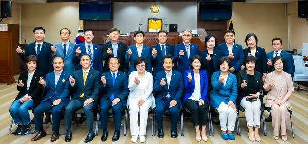 Chairperson Choi (seated fifth from left) shows a sign of affection with the members of the 8th-term Council of the Nowon District in Seoul.