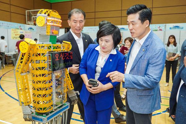 Chairperson Choi is briefed on concerning an exhibit at the 2nd session of the Special Meeting in Nowon-gu in 2019 for the improvement of the festivals.