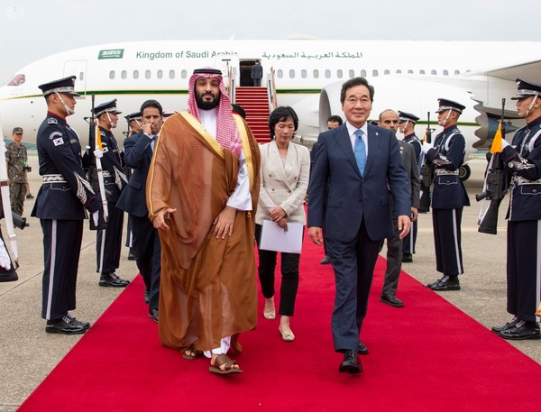 Crown Prince Mohammed bin Salman (left, foreground) visits Seoul of G20 Summit in Japan. Walking with him on the right is the then Prime Minister Lee Nak-yon (now chairman of the ruling Democratic Party).