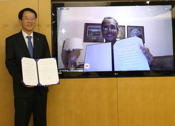 Lee Deok-rak (left), CEO of POSCO's Institute of Technology, and Vijay Swarup, vice president of Exxon Mobil RE, commemorate the signing of a business pact./ Courtesy of POSCO