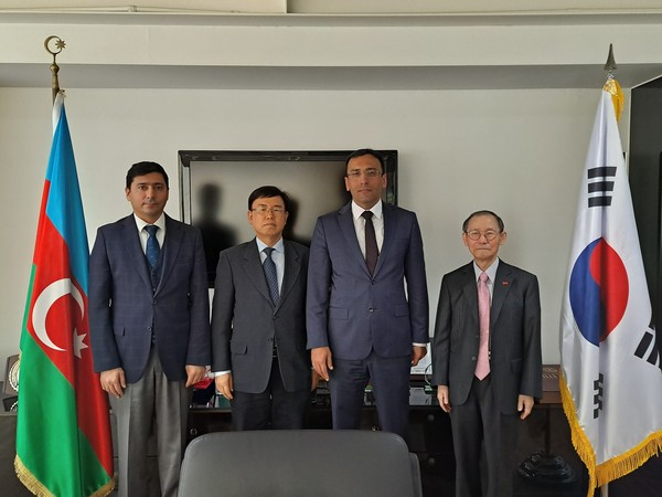 Ambassador Ramzi Teymurov of Azerbaijan in Seoul and Publisher-Chairman Lee Kyung-sik of The Korea Post media (third and fourth from left, respectively) pose with Counsellor & Deputy Head of Mission Vasif Aliyev of the Embassy and Managing Editor/Senior Vice Chairman Lee Kap-soo of The Korea Post (far left and second from left, respectively). Ambassador Teymurov extensively explained the situation between his country and Armenia at the interview.