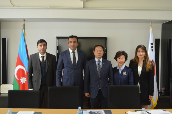 Ambassador Teymurov and DHM Alieyev of Azerbaijan (second from left and far left, respectively) pose with Vice Chairperson Joy Cho of The Korea Post and Chairman Moon Yong-Jo of Pincoworld (second and third from right, respectively). At far right is a lady staffer at the Embassy.