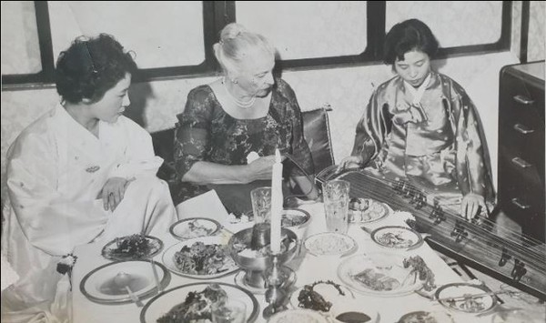 Novelist Han (right) with the famed American Novelist Pearl S. Buck (writer f the Good Earth and many other famous works).