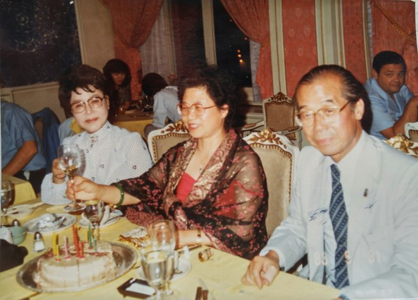 Photo shows, from left, Madam Han Moosook (elder sister of Novelist Han), Novelist Han, and her lawyer brother lawyer at Hotel Shilla in 1983.