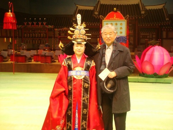Novelist Han (left) is playing the role of Hyegyeonggung Princess Hong in 2009.