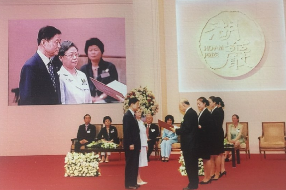Novelist Han's husband Hwang (left, foreground) receives the Hoam Prize in 2004.