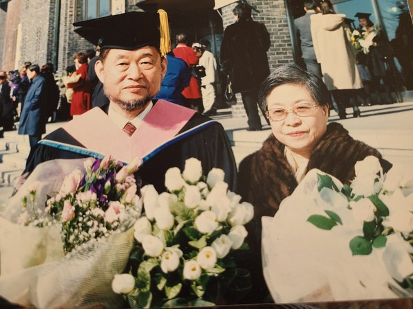 ​Novelist Han (right) with her husband, Hwang Byung-ki, on the occasion of Hwang's receipt of an academic degree.