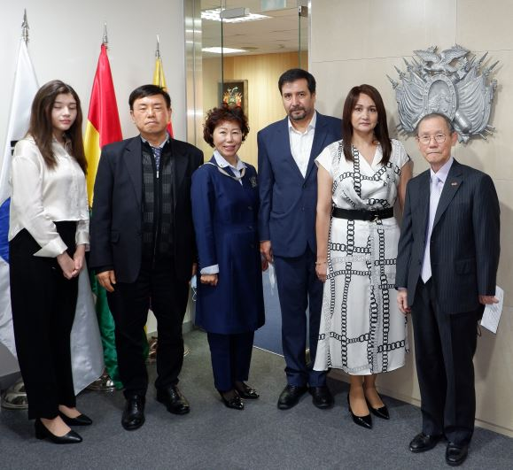 CDA and Mrs. Ossio Bustillos of Bolivia (fourth and fifth from left, respectively) pose with, from left, Miss Raquel Otero (daughter of the CDA and madam), Editor-in-Chief Lee Kap-soo of The Korea Post media and Vice Chairperson Joy Cho of The Korea Post. At far right is Publisher-Chairman Lee Kyung-sik of The Korea Post media.