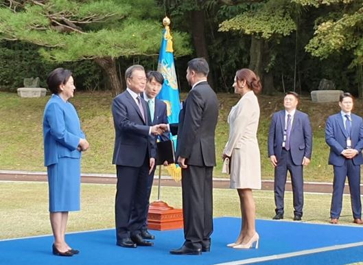 President Moon Jae-in (second from left) shakes hands with Charge d´Affires Luis Pablo Ossio Bustillos of the Plurinational State of Bolivia (third from left) while First Lady Madam Kim Jung-sook (far left) looks on. Mrs. Maria Jose Zapata Aliaga (spouse of CDA Ossio Bustillos) is standing on the right of CDA Ossio Bustillos.