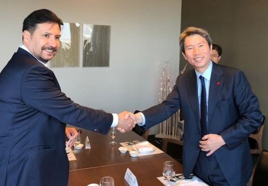 Minister of National Unification Lee In-young (right) shakes hands with CDA Ossio Bustillos of Bolivia.