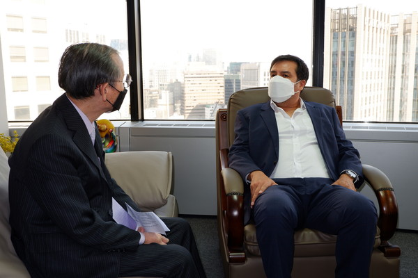 CDA Ossio Bustillos (right) is interviewed by Publisher-Chairman Lee Kyung-sik of The Korea Post media (publisher of 3 English and 2 Korean-language news publications since 1985).