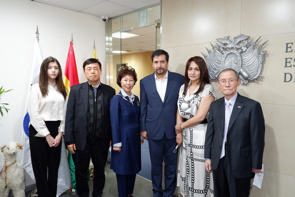 CDA and Mrs. Ossio Bustillos of Bolivia(fourth and fifth from left, respectively) pose with, from left, Miss Raquel Otero(daughter of the CDA and madam), Editor-in-Chief Lee Kap-soo of The Korea Post media and Vice Chairperson Joy Cho of The Korea Post. At far right is Publisher-Chairman Lee Kyung-sik of The Korea Post media.