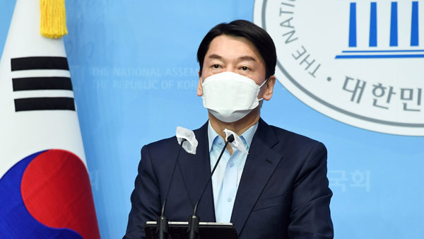 Ahn Cheol-soo declares his bid for Seoul mayoral by-election during a press conference at the National Assembly on Dec. 20.