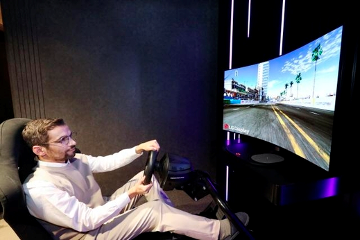 A user is playing a game with the LG Display's 48-inch bendable CSO panel. /Courtesy of LG Display