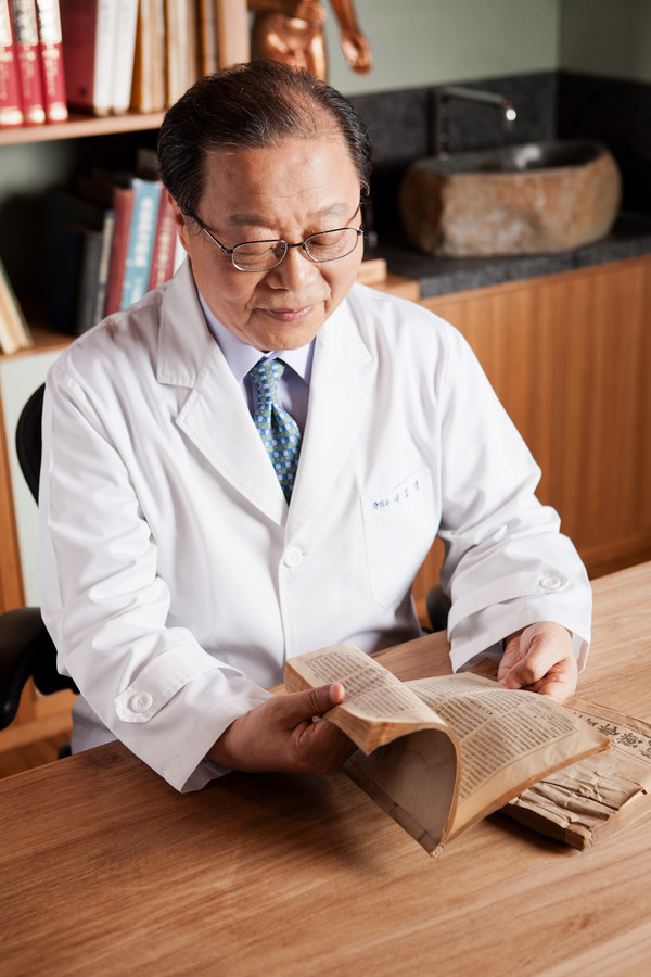 Director Seo reads a book. He extensively studied Oriental medicine.