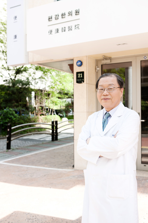 Director Seo Hyo-seok of the Pyunkang Korean Medicine Hospital, who introduces the Oriental solution to treat the cancer patients.