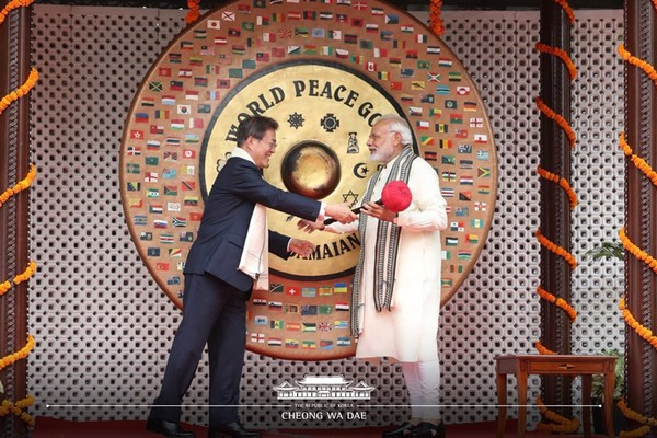 President Moon and Prime Minister Modi (left and right) attend a ceremony with a bright smile.