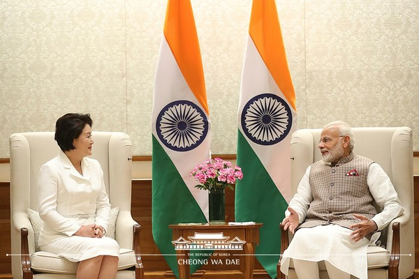 First Lady Kim Jung-sook (left) meets with Prime Minister Modi of India during her visit to India.
