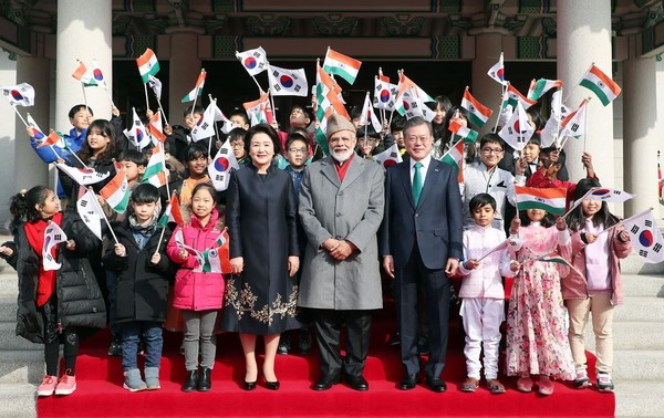 President Moon and First Lady Kim Jung-sook flank Prime Minister Modi of India on the right and left with children from the two countries.