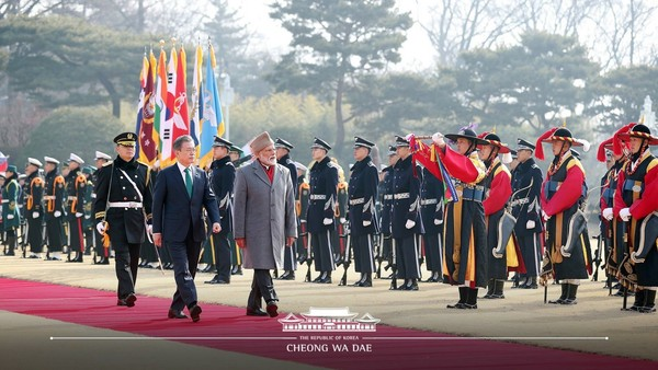 President Moon and Prime Minister Modi of India (second and third from left, foreground) are saluted by the erstwhile Korean military honor guards (right) together with the honor guards of today.