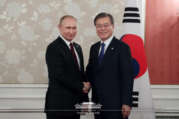 Russian President Vladimir Putin (left) meets with Korean President Moon Jae-in at the Korea-Rusia Summit held in Osaka on June 29, 2019.